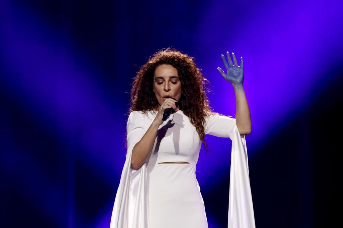283d911dc2 La representante se viste de blanco y aparece con la mano pintada de azul  (colores de la Γαλανόλευκη) pretendiendo emular el atuendo de una antigua  diosa ...